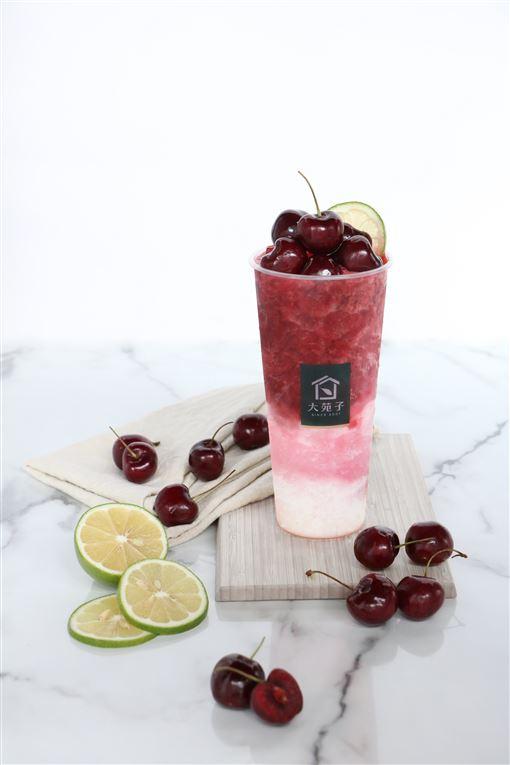 20200727 一杯要240元!手搖飲飆天價 「這杯」吃的到18顆櫻桃